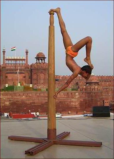 История рole dance, Mallakhamb, деревянный пилон